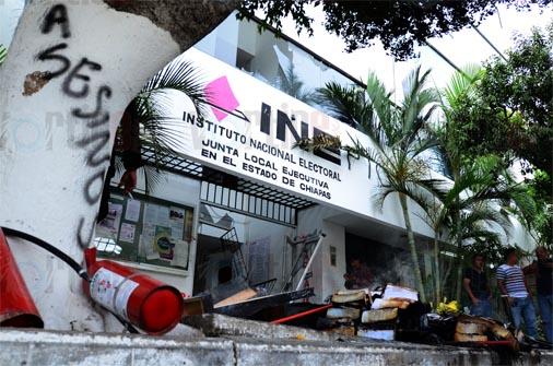 Presuntos maestros causan destrozos en el INE