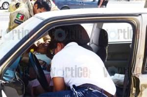 Dama queda prensada en su vehículo