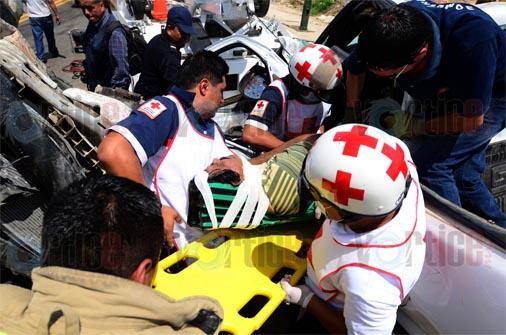 Chofer queda prensado en accidente