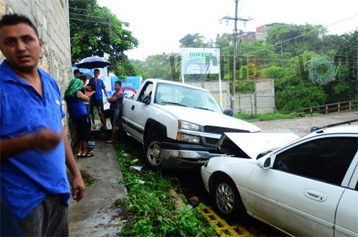 Militantes del PVEM apedrean una casa, roban urnas y al huir chocan contra un vehículo