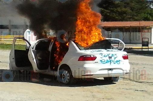 Maestros retienen a ministeriales y queman su vehículo