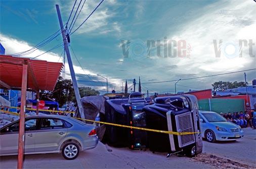 Vuelca camión en Terán