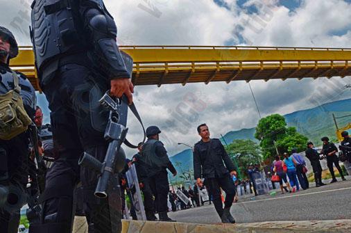 Policías repliegan a grupo de manifestantes en Chiapa de Corzo