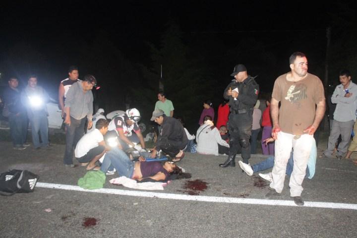 Vuelcan migrantes tras persecución; hay 14 heridos