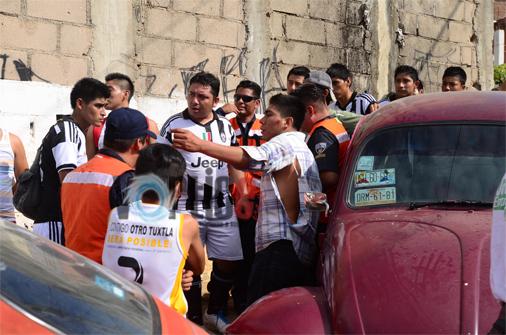 Amarran y golpean a joven tras provocar accidente de tránsito