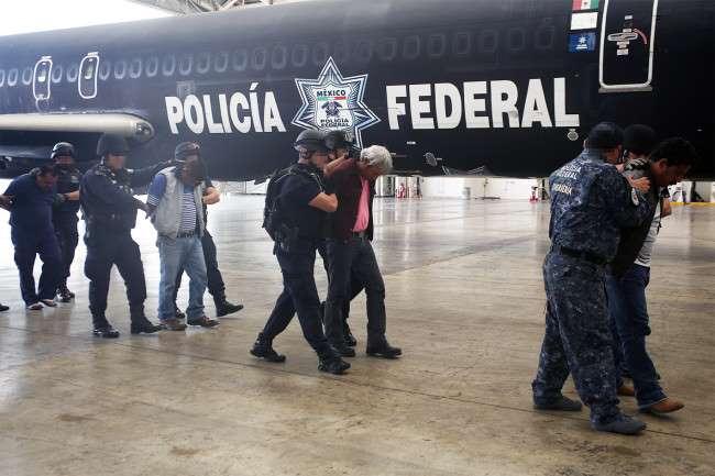 Maestros de la CNTE protestan en la PGR por la detención de sus líderes
