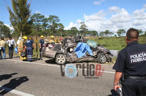 Mueren dos profesores en accidente vehícular