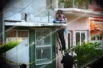 Peritos tuvieron que subir maniobrar para rescatar el cuerpo