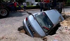 Cae auto a una zanja hecha por Smapa