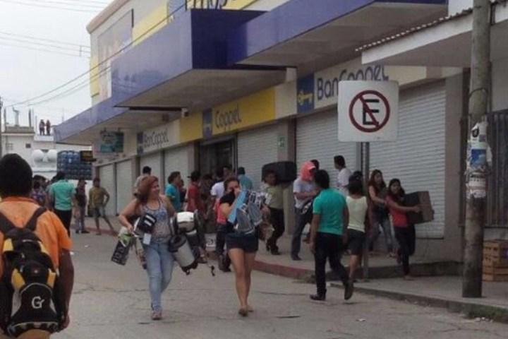 Queman patrullas y saquean tienda comercial en Palenque