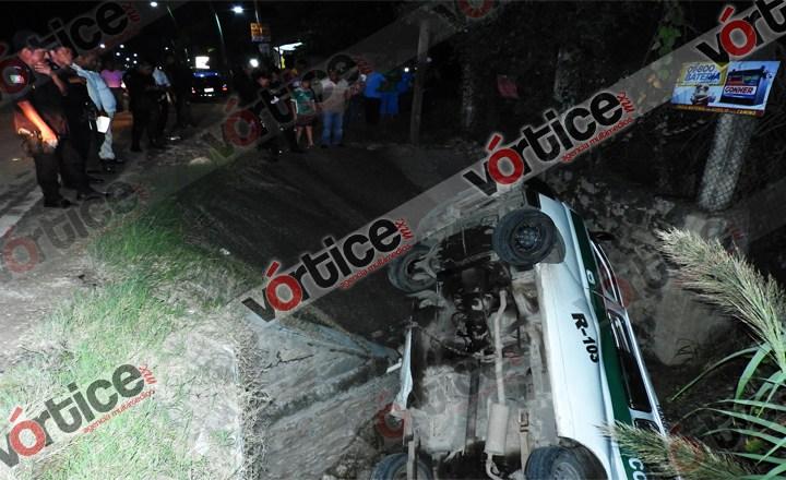 Cae colectivo en el fondo de un canal de aguas negras; hay dos heridos
