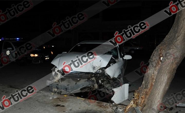Ebrios colisionan su vehículo contra un poste de Telmex y después contra un árbol