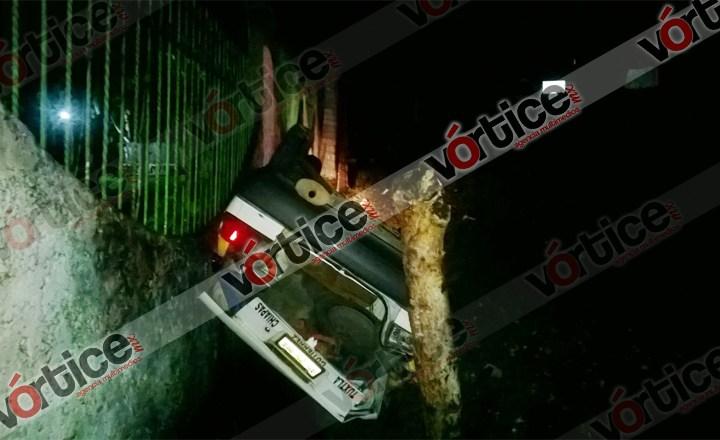 Vuelca taxista y abandona heridos a sus pasajeros