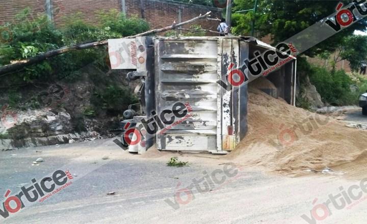Vuelca volteo en la carretera a Copoya; el chofer terminó con algunos raspones