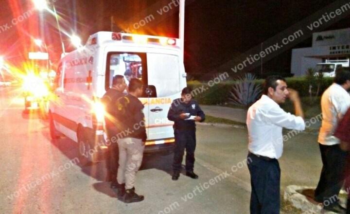 Asaltan y navajean a transportista; se llevaron su taxi