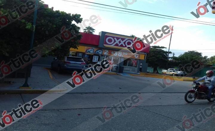 Roban más de $15 mil y mercancía en OXXO; los delincuentes huyen caminando