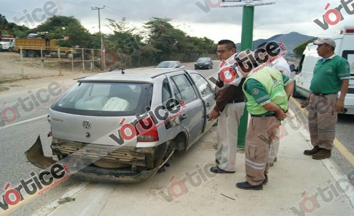 Vehículo pierde una llanta en bulevar Laguitos y vuelca