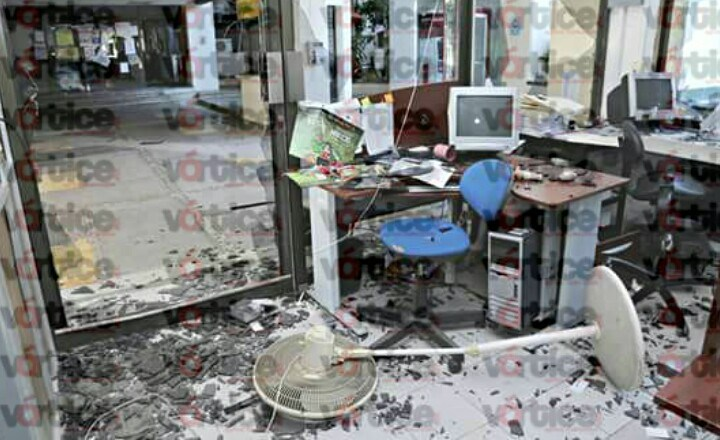 Encapuchados realizan destrozos en la Secretaría de Educación