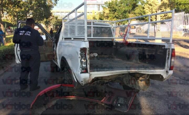 Ebrios chocan contra camioneta y huyen; hay cuatro heridos