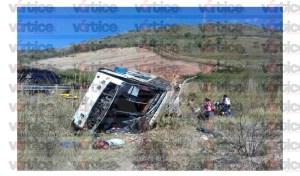 Sube a cinco el número de muertos en volcadura de autobús