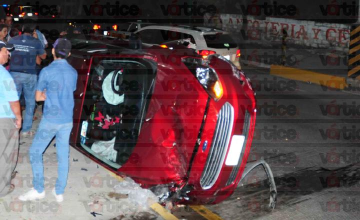 Conductora se hace 'bolas' y vuelca en libramiento de Tuxtla; hay tres heridos
