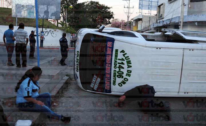 Vuelca colectivo tras choque; hay tres pasajeros heridos