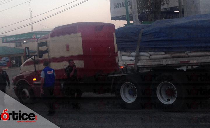 Tráiler se queda sin frenos y arrastra a dos camionetas; hay cinco heridos