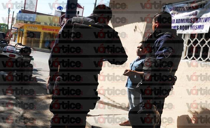 Ladrones a bordo de una motocicleta arrastran y quitan bolso a jovencita