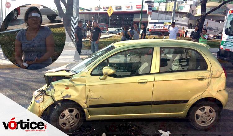 Vuelca automóvil y se impacta contra un poste; hay un herido
