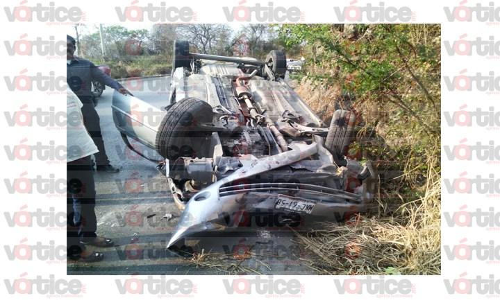 Vuelca vehículo sobre carretera a Copoya