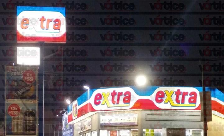 Asaltan tienda Extra; ladrones intentan llevarse la tómbola de seguridad
