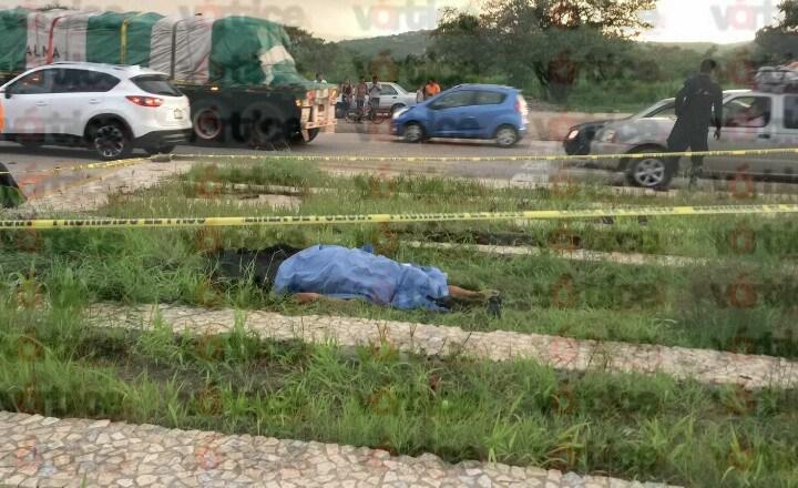 Muere trailero tras lanzarse de su unidad; las llantas le pasaron encima