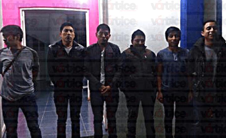 Jóvenes golpean a policías y queman sus motopatrullas en San Cristóbal