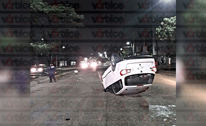 Vuelca automovilista y abandona a su acompañante en la colonia Plan de Ayala
