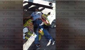 Autobús de pasajeros cae sobre mecánico y queda prensado