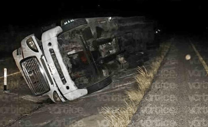 Muere trailero en Tonalá tras volcar por los fuertes vientos