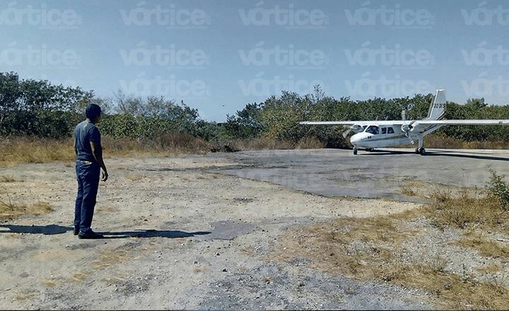 Rescatan a tres pescadores tras naufragio en Tonalá