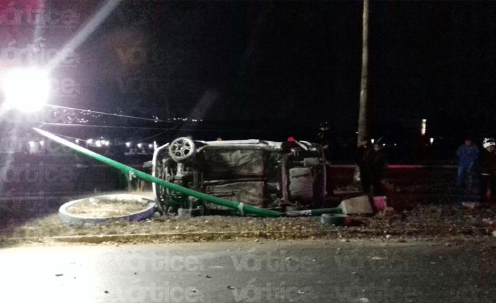 Abandonan vehículo tras volcar y lo desvalijan cerca de plaza Polyforum