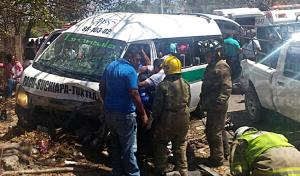 Conductor ebrio invade carril y choca contra un colectivo; hay 12 heridos