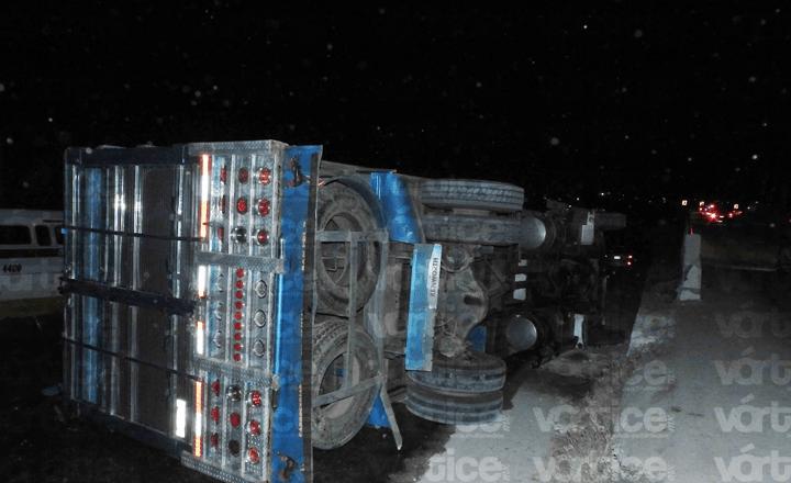 Vuelca camión y automovilistas se roban las sandías que transportaba