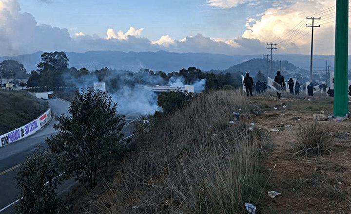 Antimotines desalojan con violencia a maestros y normalistas en SCLC