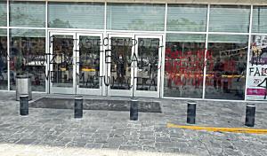 Normalistas realizan pintas en la Plaza Ámbar, de Tuxtla