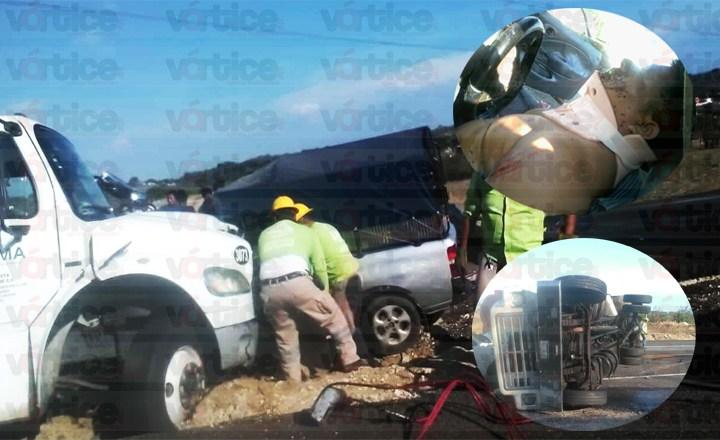 """""""Carreterazo"""" deja cinco heridos en choque y volcadura"""