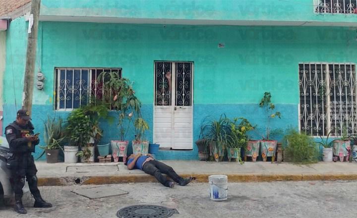 Muere joven frente a la puerta de una vivienda; llegó a pedir auxilio