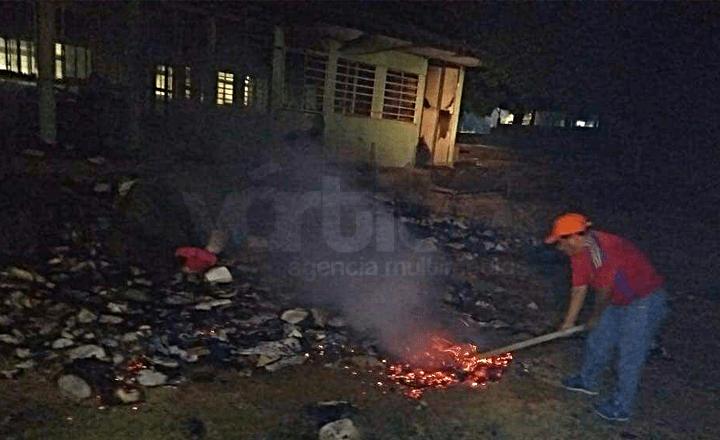Vándalos incendian aulas del CBTA 42, en Villaflores