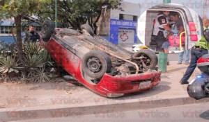 Vuelca vehículo frente al Instituto Tecnológico de Tuxtla; hay un herido
