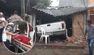 Camioneta se impacta contra vivienda y lesiona a una familia en Tuxtla