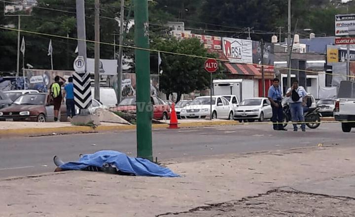 Motociclista atropella a dama y muere al intentar huir