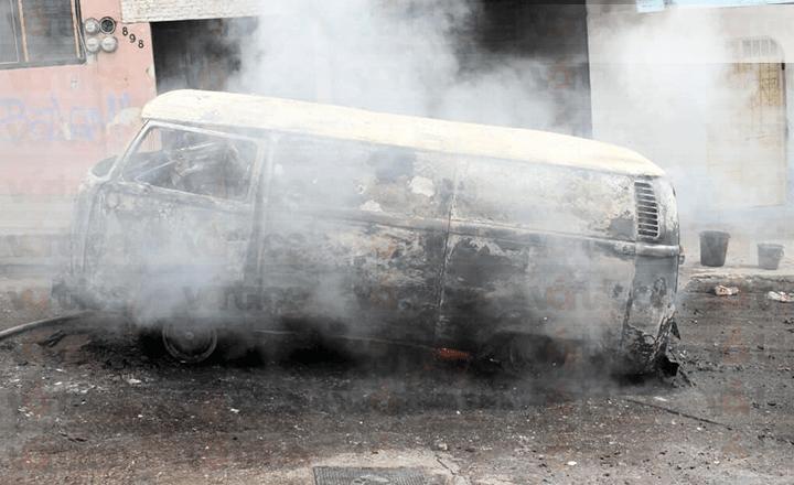 Se incendia combi que transportaba parafina en Tuxtla