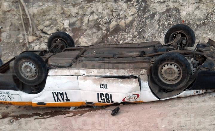 Vuelca taxista y muere aplastado por su unidad en Chiapa de Corzo